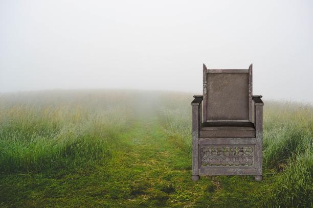 椅子に座り続ける男の話